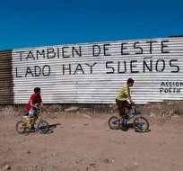 Un muro pintado por mexicanos en la frontera con Estados Unidos. Foto: Acción Poética