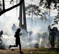 Los enfrentamientos se dieron afuera del estadio donde se jugaba el partido entre Italia y España. Foto: EFE