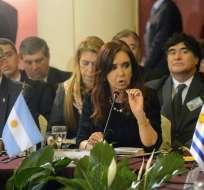 Cristina Fernández (c) ayer hablando junto al canciller Héctor Timerman (i) en la sesión plenaria del Mercosur. Foto: EFE