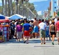 Hombre arrolla a personas en playa de Los Ángeles causando un muerto.