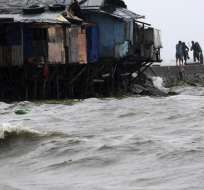 """MANILA, Filipinas.- Al menos 23 personas han sido dadas por desaparecidas en el noroeste de Filipinas tras la llegada a tierra del tifón """"Utor"""". Foto: EFE."""