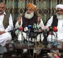 QUETTA, Pakistán.- El líder del partido islámico Jamiat Ulma-e-Islam, Maulana Fazal-ur-Rehman (centro), condena el atentado contra la Iglesia de Todos los Santos. Foto: EFE.