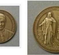 VATICANO, Italia.- La medalla, obra de la artista Mariangela Crisciotti, tiene un diámetro de 44 milímetros. Fotos: Internet