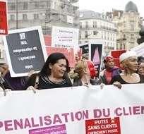 PARÍS, Francia. El proyecto, que ha causado la indignación de las prostitutas, prevé una multa de 1.500 euros para sus clientes, la cual se duplicaría para aquellos que reincidan. Foto: Internet