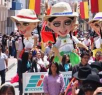 CUENCA, Ecuador.- La chola cuenca es el personaje típico de la urbe que se hizo presente en el desfile cívico cultural por las fiestas de Cuenca. Fotos: Twitter