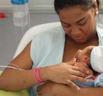 Bebés prematuros que permanecen cerca de sus madres, piel con piel, reducir el riesgo de muerte.