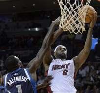 MIAMI, Estados Unidos.- LeBron impuso su clase y los Heat dominaron a los Bobcats. Foto EFE
