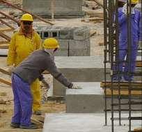 QATAR.- Informe de AI revela que los obreros trabajan 12 horas al día, 7 días a la semana, soportando temperaturas extremas. Fotos: EFE