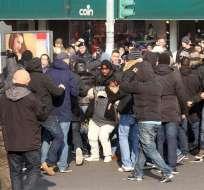 MILAN, Italia.- Dos aficionados holandeses heridos por arma blanca antes del Milan-Ajax. Foto EFE