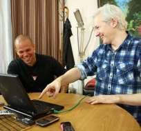 LONDRES.- El vocalista del grupo puertorriqueño, Residente, mientras escribía el tema junto al fundador de WikiLeaks,Julian Assange, en la Embajada de Ecuador. Fotos: Internet