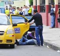 GUAYAQUIL, Ecuador.- Un taxi recreó cómo los antisociales habrían dejado los cuerpos de los turistas japoneses. Fotos: API y Ecuavisa