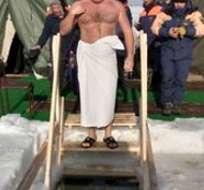 Los fieles se sumergen en pozas abiertas en ríos y lagos helados de Rusia para celebrar el bautismo.