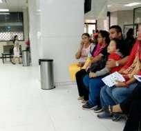 Cientos de padres de familia acuden al primer día de registro escolar. Foto: API