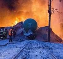 KIROV, Rusia.- Bomberos intentan apagar el fuego iniciado por el descarrilamiento de un tren cisterna de 32 vagones cargado con combustible. Foto: EFE.