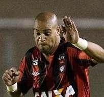 Adriano (derecha) regresó al fútbol tras dos años de ausencia de las canchas (Foto: EFE)