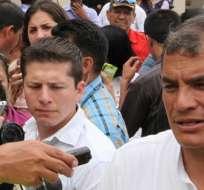 GUAYAQUIL, Ecuador.- El presidente visitó hoy al único sobreviviente del accidente en helicóptero. Foto: Presidencia de la República.
