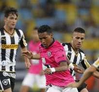 RÍO DE JANEIRO, BRASIL.- Fernando Guerrero (c), de Independiente trató de escaparse de la marca de jugadores del Botafogo. Fotos: EFE.