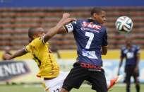 QUITO, Ecuador.- Eli Esterilla (i), de Barcelona marcó a Henry León, del Independiente. Fotos: API.