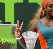 La estadounidense Serena Williams con el trofeo de campeona en Miami (Foto: EFE)