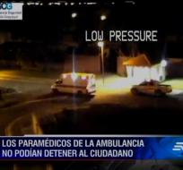GUAYAQUIL, Ecuador.- Momento en que la ambulancia recoge al supuesto herido, quien luego secuestró el vehículo con dos paramédicos en él.