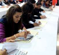 QUITO, Ecuador.- El CNE continúa el proceso de verificación de firmas de los formularios del colectivo Yasunidos, que al momento se encuentra en el escaneo de los formularios. Foto: CNE