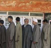VEER, India.- Varios cachemiros hacen cola ante un colegio electoral en Veer para votar. Foto: EFE.