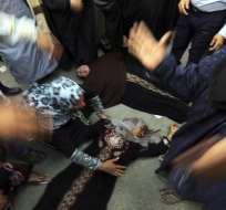 EGIPTO.-  Familiares de presuntos seguidores de los Hermanos Musulmanes reaccionan tras conocer el fallo de un tribunal egipcio que condenó a muerte a 720 islamistas por actos violentos. Fotos: EFE