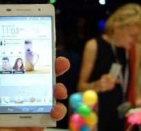 FRANCIA.- El nuevo teléfono inteligente de gama alta de la compañía fue concebido para los autorretratos. Fotos: Internet
