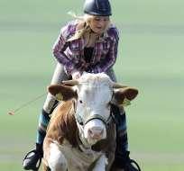 Una joven alemana afirma que su vaca puede saltar por lo menos un metro de altura.