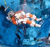 EE.UU.- Dos de sus astronautas practican el aterrizaje en una piscina de 12 metros de profundidad. Foto tomada de La Tercera