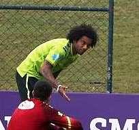 Marcelo (izquierda) en la práctica de la selección brasileña (Foto: EFE)