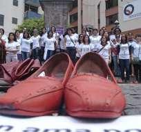 QUITO, Ecuador.- Con zapatos rojos, familiares de las víctimas de femicidio expresaron su rechazo a esta realidad. Fotos: API