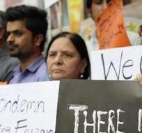LAHORA, Pakistán.- Decenas de personas se manifiestan para condenar la muerte de Farzana Iqbal. Foto: EFE.
