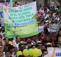 QUITO, Ecuador.- Miles de personas marcharon hasta la Plaza Grande para entregar 700 mil rúbricas al presidente Correa. Fotos: Presidencia de la República