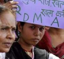 NUEVA DELHI, India.- Decenas de personas participan en una protesta en contra de las recientes violaciones a mujeres. Foto: EFE.
