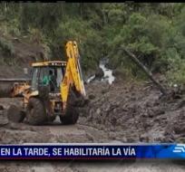 La maquinaria del Ministerio de Obras Públicas trabaja en remover la tierra y el lodo.