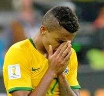 Luis Gustavo, lamenta la derrota ante los alemanes (Foto: EFE)