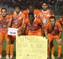 Mushuc Runa está al día pero mostró pancarta como solidaridad. Foto: API.