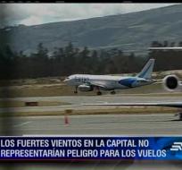 Pasajeros que llegan al aeropuerto de Quito se quejan debido a los fuertes vientos que golpean el avión al aterrizar.