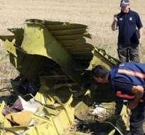 DONETSK, Ucrania.- Investigadores australianos y holandeses examinan los restos del vuelo MH 17 de la compañía aérea Malaysia. Foto: EFE.