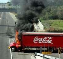 Narcotraficantes queman cuatro camiones de Coca-Cola en sur de México.