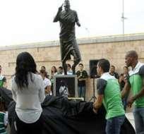 La estatua de Benítez al ingreso del estadio del Santos Laguna. Foto: laaficion.com
