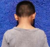 AUSTRALIA.- Se trata del hijo de un australiano condenado a muerte, sosteniendo la cabeza de un soldado sirio decapitado. Foto referencia de Internet