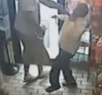 El video tomado por una cámara de seguridad muestra, según la policía, al joven Michael Brown robando una tienda.