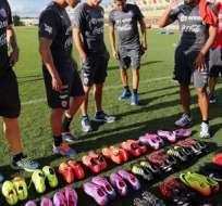 La selección chilena ordenando sus pupos. Foto: EFE.