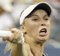 Caroline Wozniacki regrese una pelota en el partido con Sara Errani (Foto: EFE)