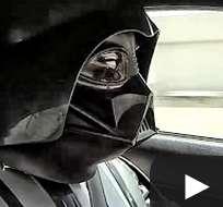 Dos aficionados vestidos con los trajes de estos personajes de Star Wars, inicaron una carrera galáctica en auto.