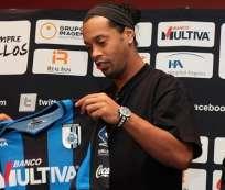 Ronaldinho usará el dorsal 49 en Gallos Blancos. Foto: EFE.