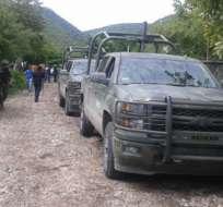 Familiares y compañeros se manifestaron el domingo en una turística autopista de la región de Guerrero.