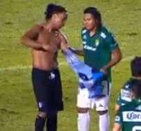 """""""Gullit"""" Peña se llevó la victoria y la camiseta de Ronaldinho también."""